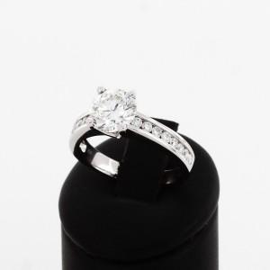 Ring aus 18 K Weißgold mit 1.799ct Brilliant und 16 Brillianten mit 0.42ct