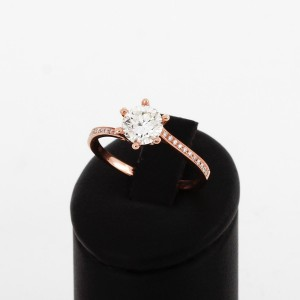 Ring aus 18 K Roségold mit 1.01.ct Brilliant und 22 Brillianten 0.8ct.